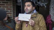 Samir Hamrad, porte-parole des marcheurs afghans, a symboliquement déposé un billet d'avion pour Kaboul dans la boîte aux lettres de la secrétaire d'Etat à l'Asile et à la Migration Maggie De Block