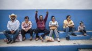 L'académie de football Gonzo a été créée en 2008, au plus fort de la guerre des cartels. Miguel Maldonado et Antonio Cano, pères de jeunes filles, ont décidé de former une équipe d'adolescentes du quartier populaire de Baia Verde. « Les filles font quelque chose qui a du sens plutôt que de traîner dans la rue », pense Miguel. Mais, pour que le foot soit un réel ascenseur social, les deux hommes comptent sur le concours des parents. « Avec leur soutien, nous sommes invincibles. »
