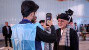 Le président Ashraf Ghani au bureau de vote passe un test biométrique destiné à éviter la fraude.