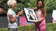 """Pour les 20 ans de """"Sacré français!"""", les Francofolies de Spa 2018 honorent Alexandra Vassen d'un Spa d'Or! Reçue des mains de Loreta Mander, une photo de Daniel Darc signée Jean-Marie De Brauwer"""