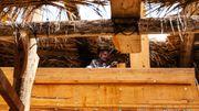 A Sour, sur un petit chantier en plein air, les ouvriers construisent toujours les boutres, les bateaux traditionnels, selon le savoir-faire ancestral et quasiment sans machine.