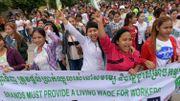 Des travailleuses du textile manifestent devant une usine du Cambodge pour réclamer un salaire vital le 7 octobre 2017.