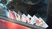 Qui se cache derrière les cartes de visite déposées sur votre voiture?