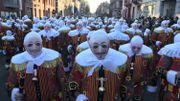 La parade des Gilles de Binche: vers la Grand Place et la remise des médailles