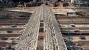 La charpente métallique est LA pièce centrale de la gare de Mons. Cinq entreprises se sont succédées pour tenter de la terminer mais aujourd'hui, 6 ans après le début des travaux, elle n'est toujours pas finie.