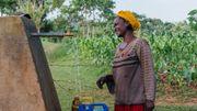 Une femme remplit un bidon d'eau à l'une des six fontaines du village.