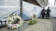 Les hommages continuent d'arriver à la station Maelbeek alors que les experts contineunt de passer les lieux au peigne fin.