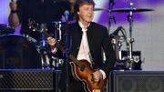 Paul McCartney utilise un prompteur pour les anciens titres des Beatles