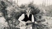 "Birdy reprend ""Les Mots bleus"" de Christophe seule avec sa guitare"