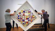 Les bébés fascinés par des tableaux de Mondrian