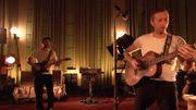 Chris Martin chante en français les parties de Stromae dans ce live de Coldplay