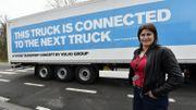 Jacqueline Galant devant un convoi de camions intelligents