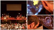 Tous les sons, les voix, la musique, les bruitages sont recréés directement par les comédiens sur scène.