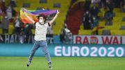 Euro 2020 : Allemagne - Hongrie, un supporter allemand monte sur la pelouse avec un drapeau LGBT
