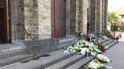 Des fans de Maurane ont apporté des fleurs.