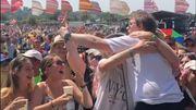 Lewis Capaldi serre des festivaliers dans ses bras et mêle humour et émotion