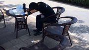 Les Chinois profitent de leur droit constitutionnel: la sieste au boulot.