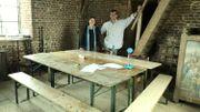 Géraldine Piret et Laurent Claes de la fabrique d'église devant les tables dans le clocher où les élèves peuvent étudier pendant le baptême