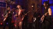 Sur le plateau du SNL Mark Ronson et Miley Cyrus reprennent 'Happy Xmas' avec Sean Lennon