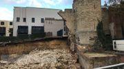 Il y a deux ans, le dimanche 18 novembre 2018 au matin, on découvre que ce mur du 13ème siècle s'est effondré. Heureusement, il n'y avait personne à ce moment-là dans la cour de l'école où les débris sont tombés