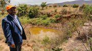 Abo Hawi nous fait visiter toutes les installations construites pour conserver l'eau : des zones vertes, des barrages, des puits souterrains, des systèmes d'irrigation,...