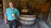 Roger a remis  en état un pressoir rapatrié de France et réalise depuis dans la plus pure tradition cidre, jus de pomme et pommeau