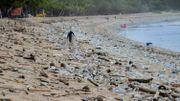 La plage de Kuta à Bali croule sous 30 tonnes de déchets plastiques