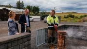 Le maire de Flúdir nous fait visiter les puits d'eau chaude exploités pour chauffer tous les bâtiments de la communauté.