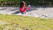 """Petite fille """"coincée dans le sol"""" : aucun trucage ! Explications"""