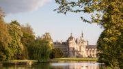 Chantilly et ses superbes jardins dessinés par Le Nôtre, également l'architecte des jardins du château de Versailles.