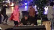 [Zapping 21] Ce pianiste reste imperturbable pendant une émeute à Barcelone