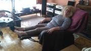 Carine Janson habite au 3e étage d'un immeuble à Auderghem, elle est invalide à 80pc, à l'extérieur elle se déplace en chaise roulante. Sans ascenseur,il lui est impossible  de prendre l'air, de vivre  et de bouger comme tout le monde.