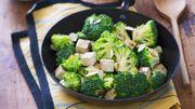 Recette: Wok de brocolis aux amandes effilées et au tofu fumé