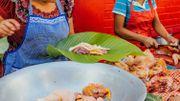 Locale et renouvelable, la feuille de bananier est une excellente alternative au plastique pour emballer la viande et le poisson.