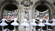 Grève contre la réforme des retraites à l'Opéra de Paris: le lac des cygnes sur le parvis