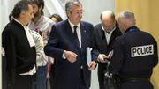 Patrick Balkany, accompagné de son avocat Eric Dupond-Moretti, quitte le tribunal de Paris le 13 mai 2019