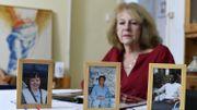 Martine Beckers, qui a perdu sa soeur, son beau-frère et sa nièce durant le génocide au Rwanda, pose derrière les photos des disparus
