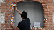 """Il """"soigne"""" les bâtiments avec des briques Lego"""
