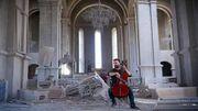 Le violoncelliste belgo-arménien Sevak Avanesyan joue au milieu d'une cathédrale bombardée du Haut Karabakh