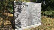 La reproduction en pierre de la stèle qui se trouvait sur une tourelle d'angle de la prison Saint-Léonard jusqu'à sa démolition. Transférée au Bastion des fusillés, la stèle originale en métal y a été volée en 2011