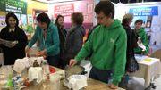 Nathalie Lemaire du BEP Environnement et Julien Piron montrent comment fabriquer du plastique bio avec du lait demi-écrémé et du vinaigre.