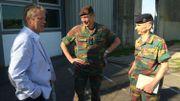 Le commandant militaire de la province de Liège, le colonel Jean-Louis Crucifix,et l'adjudant-chef Roland Bouquetteen discussion avec le directeur de la prison de Lantin, Marc Brisy.
