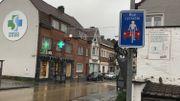 Panneau de signalisation, marquage au sol et bitume coloré pour indiquer l'entrée dans une rue cyclable.