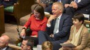 Phillip Lee, au centre, assis à côté de Jo Swinson, leader des libéraux démocrates (à gauche de l'image), au Parlement britannique, le 3 septembre 2019.