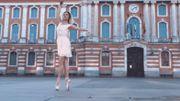 Découvrez le magnifique ballet d'une danseuse dans les rues de Toulouse