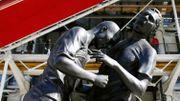 La sculpture du coup de boule de Zidane, exposée devant Beaubourg