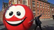 La boule rouge du Viva for Life Tour à Gembloux
