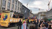 Des manifestants ont hué le passage du char des Nationalistes flamands lors de son passage.