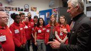 Le Roi avec les bénévoles de la Croix Rouge.