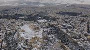 Grèce: sous la neige, des milliers d'Athéniens sont sans électricité, le gouvernement est critiqué